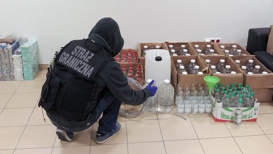 Straż Graniczna zlikwidowała nielegalną rozlewnię. Zabezpieczono 260 litrów alkoholu (ZDJĘCIA)