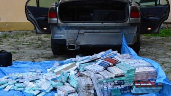 Nielegalne papierosy w samochodowych skrytkach. Mieszkaniec powiatu tomaszowskiego zatrzymany